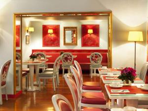 A restaurant or other place to eat at Hotel Louvre Bons Enfants