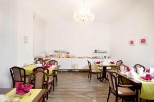 Ein Restaurant oder anderes Speiselokal in der Unterkunft Pension Villa Nordland
