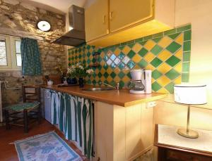 A kitchen or kitchenette at Les Rouges Gorges