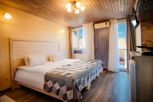 A bed or beds in a room at Freedom Square Apart Hotel