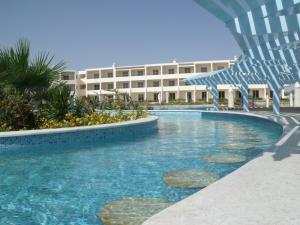 Бассейн в Royal Brayka Beach Resort или поблизости