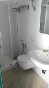 A bathroom at La Sirenetta Park Hotel