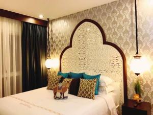 เตียงในห้องที่ The Grand Morocc Hotel