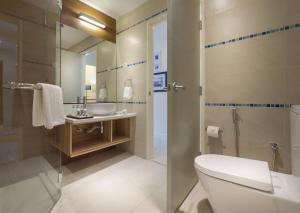 A bathroom at Mercure Kota Kinabalu City Centre