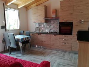 "A kitchen or kitchenette at Casa vacanze ""La Caldosa"""