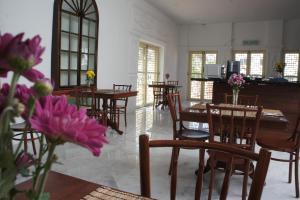 A restaurant or other place to eat at Heeren Palm Suites