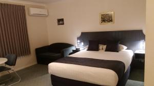 A bed or beds in a room at Ararat Southern Cross Motor Inn