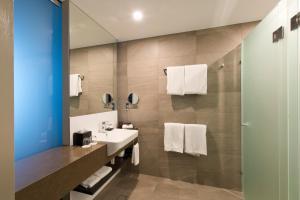 A bathroom at Pullman Brisbane Airport