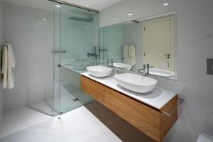 A bathroom at the Quest - Luxury Beach Apartment