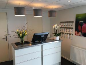 De lobby of receptie bij Hotel Posthuys Vlieland