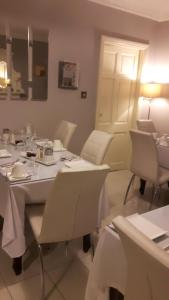 A restaurant or other place to eat at Almara House