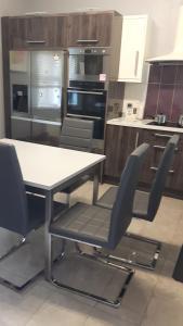 A kitchen or kitchenette at Almara House