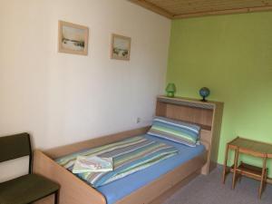 A bed or beds in a room at Pension & Ferienwohnung Brückner