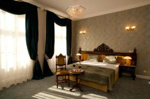 A bed or beds in a room at Hotel Kolegiacki
