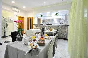 A restaurant or other place to eat at Apartments & Rooms Villa Maslina