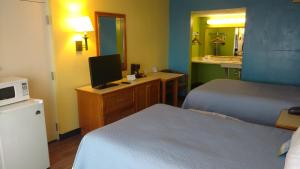 A bed or beds in a room at Days Inn & Suites by Wyndham Davenport