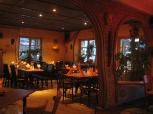 A restaurant or other place to eat at Schiff Bihlerdorf - Hostel