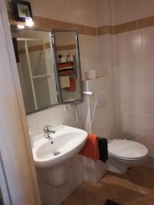A bathroom at Gästehaus Celine