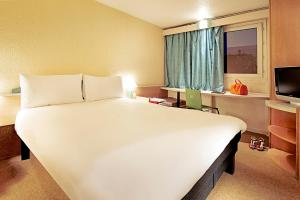A bed or beds in a room at Hotel ibis Figueira Da Foz