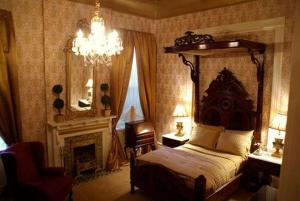 A bed or beds in a room at Cornstalk Hotel