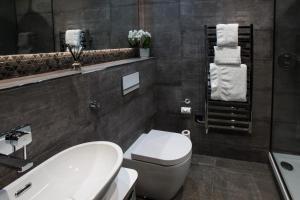 A bathroom at Mondo Hotel