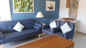A seating area at Apto dentro de Resort com vista para o mar