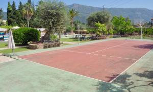 Tennis and/or squash facilities at Paloma Blanca or nearby