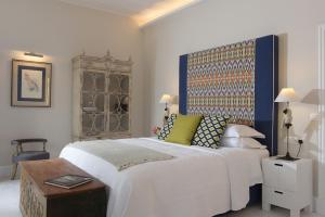 A bed or beds in a room at Lear Liston Suite