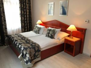 A bed or beds in a room at Carlton