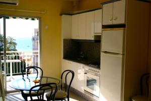 A kitchen or kitchenette at Apartamentos Astoria - Benidorm