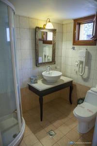A bathroom at Iapetos Village