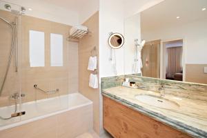 حمام في فندق إيدن وولف