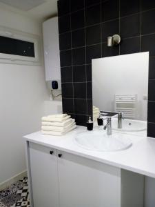 A bathroom at Superbe T2 Vieux Port