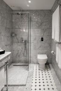 Salle de bains dans l'établissement Palais Le Brun