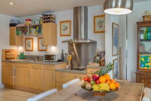 A kitchen or kitchenette at Spectacular River Thames View