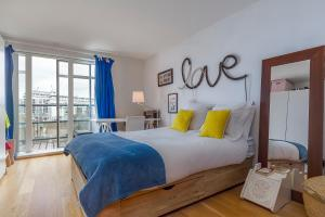 A bed or beds in a room at Spectacular River Thames View