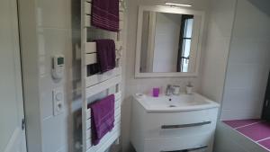 A bathroom at Maison de village/Appartement de charme avec extérieur