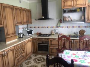 Кухня или мини-кухня в Apartment on Olympiyskom