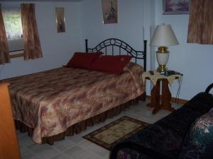 A bed or beds in a room at Lindentree B&B