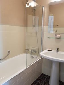 Salle de bains dans l'établissement Canto Cigalo