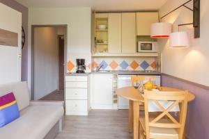 A kitchen or kitchenette at Résidence Pierre & Vacances Les Citronniers