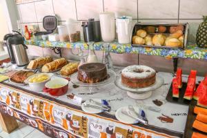 Breakfast options available to guests at Pousada Bonito Cama e Café