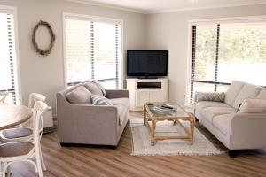 A seating area at Charlottes Honor - River & Golf Cottage