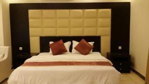 Cama ou camas em um quarto em قصر هليون للوحدات السكنية