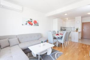 A seating area at Apartments Dora