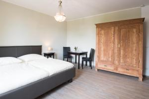 A bed or beds in a room at Altes Forsthaus