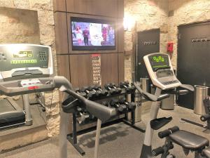 The fitness center and/or fitness facilities at Best Western Hotel Universel Drummondville