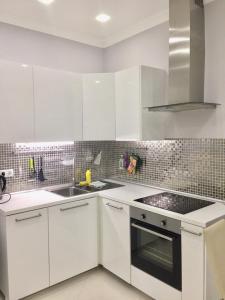 Кухня или мини-кухня в Apartamenty v Akvatorii