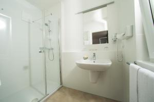 A bathroom at Hotel Garni Toscanina - Adults Only