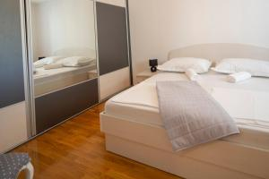 A bed or beds in a room at Apartman Pjero 3+2